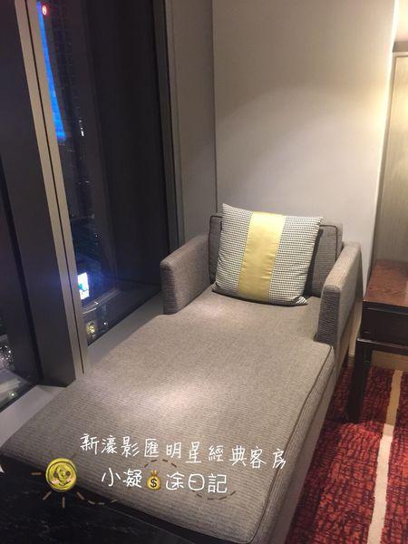 來澳門三天兩夜的澳門住宿推薦房間還有沙發椅的新濠影匯明星經典客房.jpg
